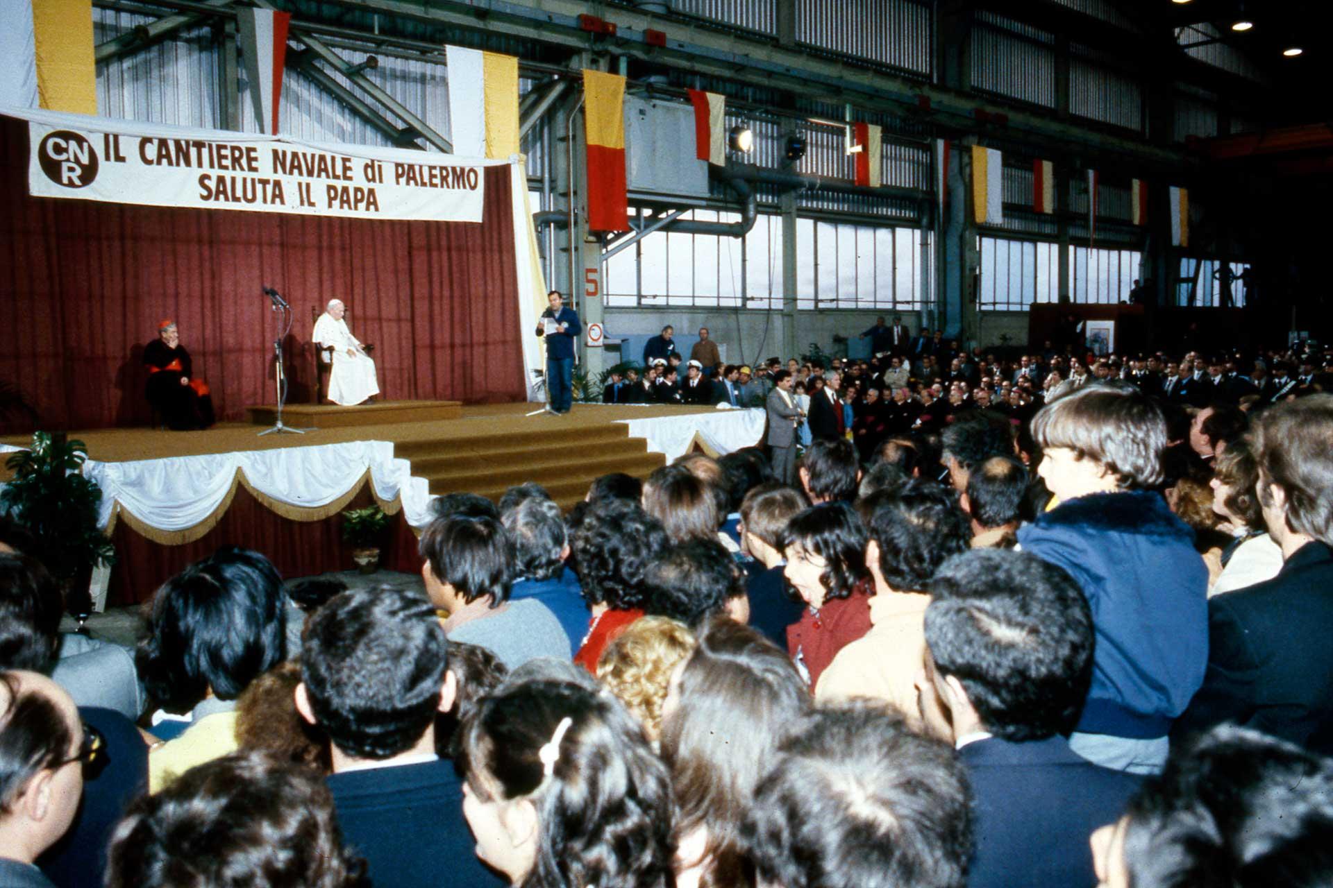 Le Pape salue et s'adresse aux ouvriers et aux dirigeants du chantier naval de Palerme avec des paroles fermes et d'encouragement.