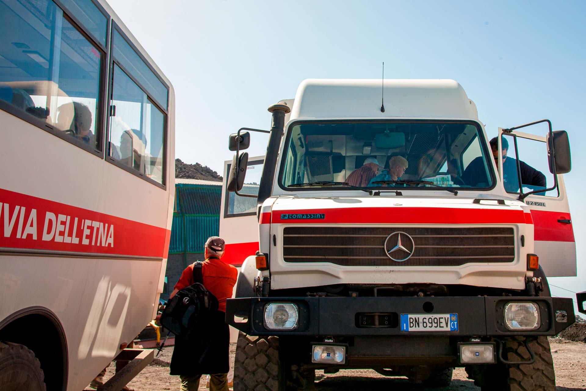 Il servizio viene svolto con speciali mezzi fuoristrada condotti da esperti autisti che percorrono in assoluta quiete i sentieri più scoscesi.