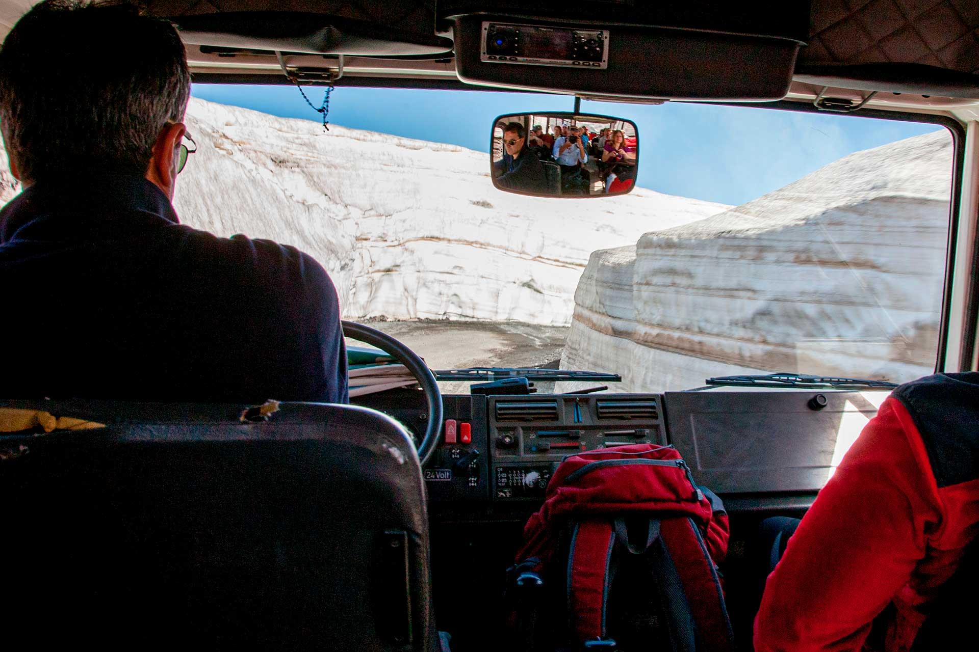 Il fuoristrada si inerpica in una strada, che nonostante fossimo nel mese di maggio,  presentava ai lati due pareti di neve alte più di 4 metri.