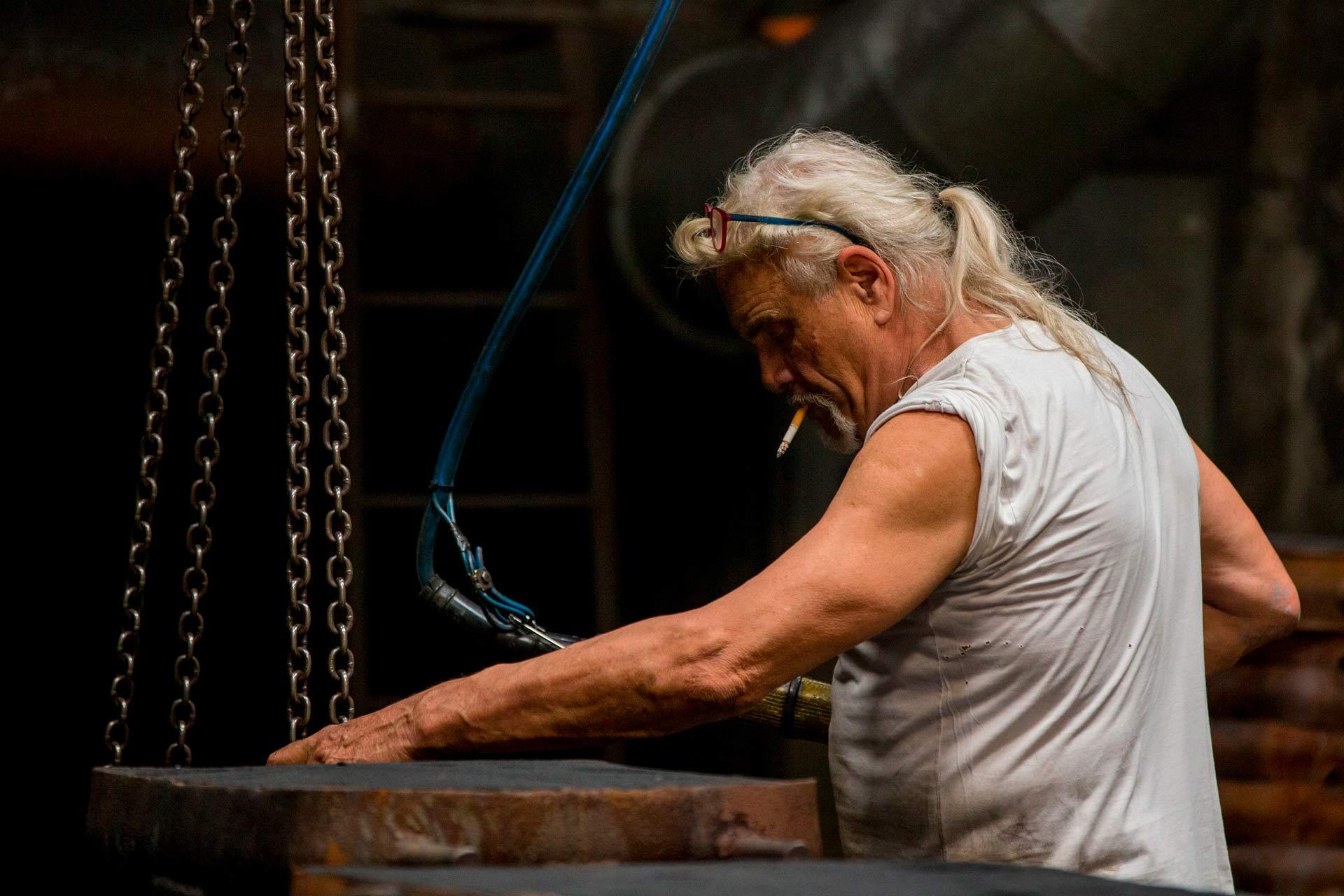 La realizzazione di oggetti in ghisa avviene mediante la tecnica di fusione in conchiglia.