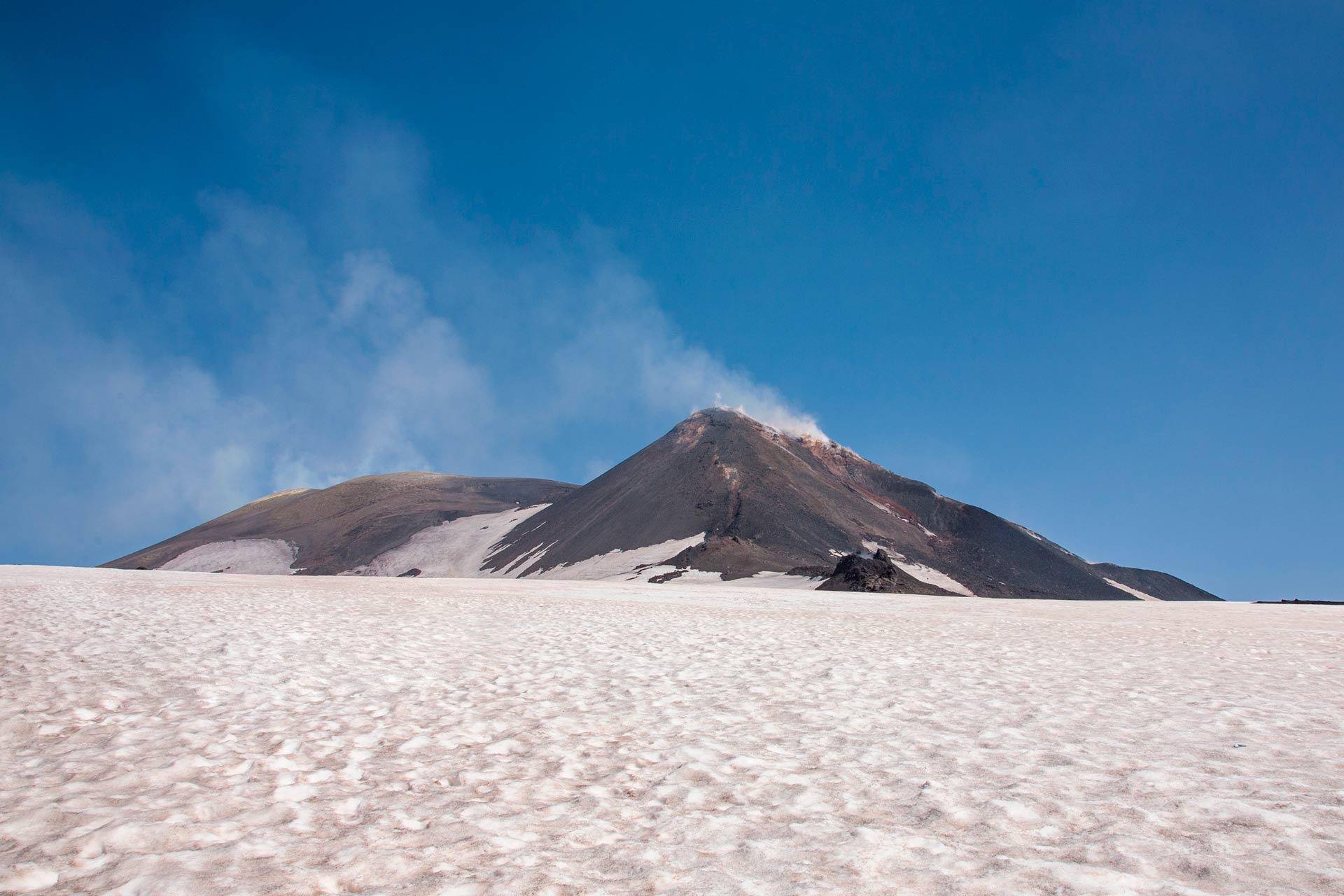 Ci troviamo di fronte ad un incomparabile scenario sospeso sul mare, nel quale è possibile ammirare l'imponente cratere centrale, il cratere di Sud-Est e le storiche colate laviche che caratterizzano il paesaggio etneo.
