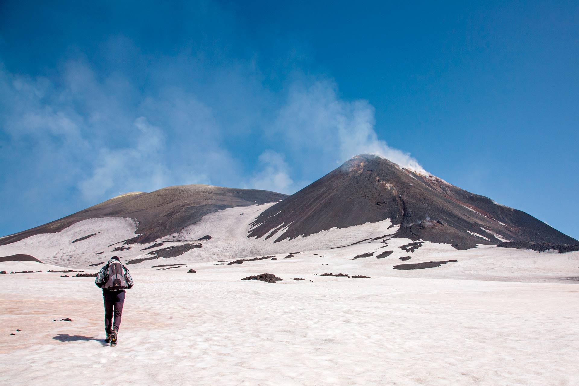 Inizia la scalata a piedi fino alla vetta più alta del vulcano. Veniamo avvolti da una calma surreale, ma sfortunatamente questa calma è costantemente minacciata dalle collere del vulcano.