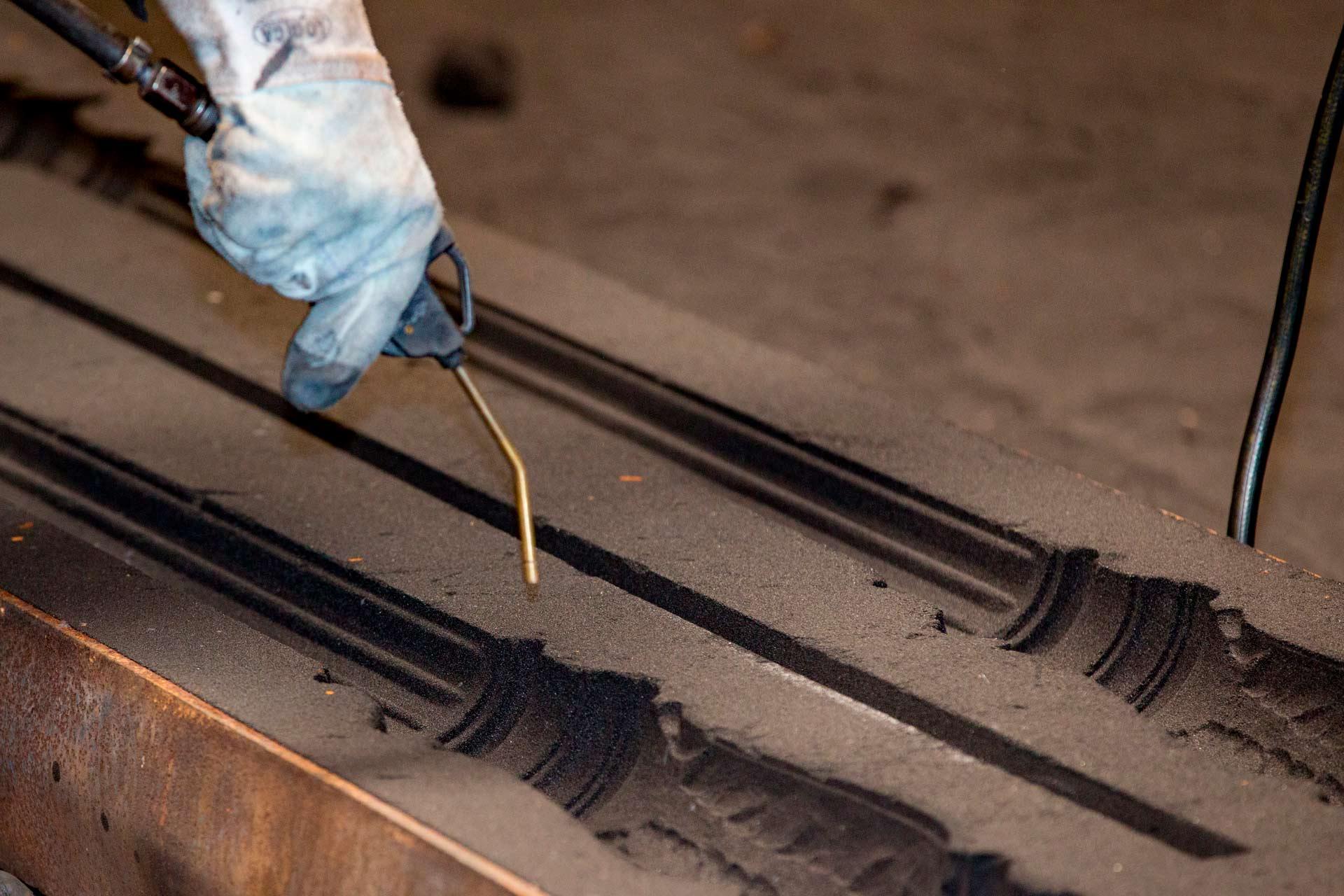 Lo stampo è solitamente realizzato in acciaio o ghisa e al suo interno, grazie all'utilizzo di una miscela di sabbia e resina, è riprodotto il negativo del componente finale.