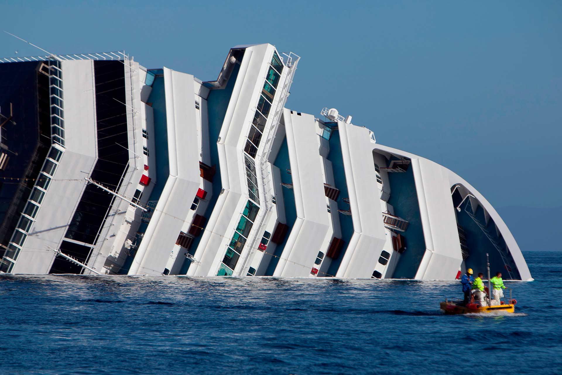 La plancia di comando e la porzione prodiera dei ponti della Concordia che emergono dall'acqua.
