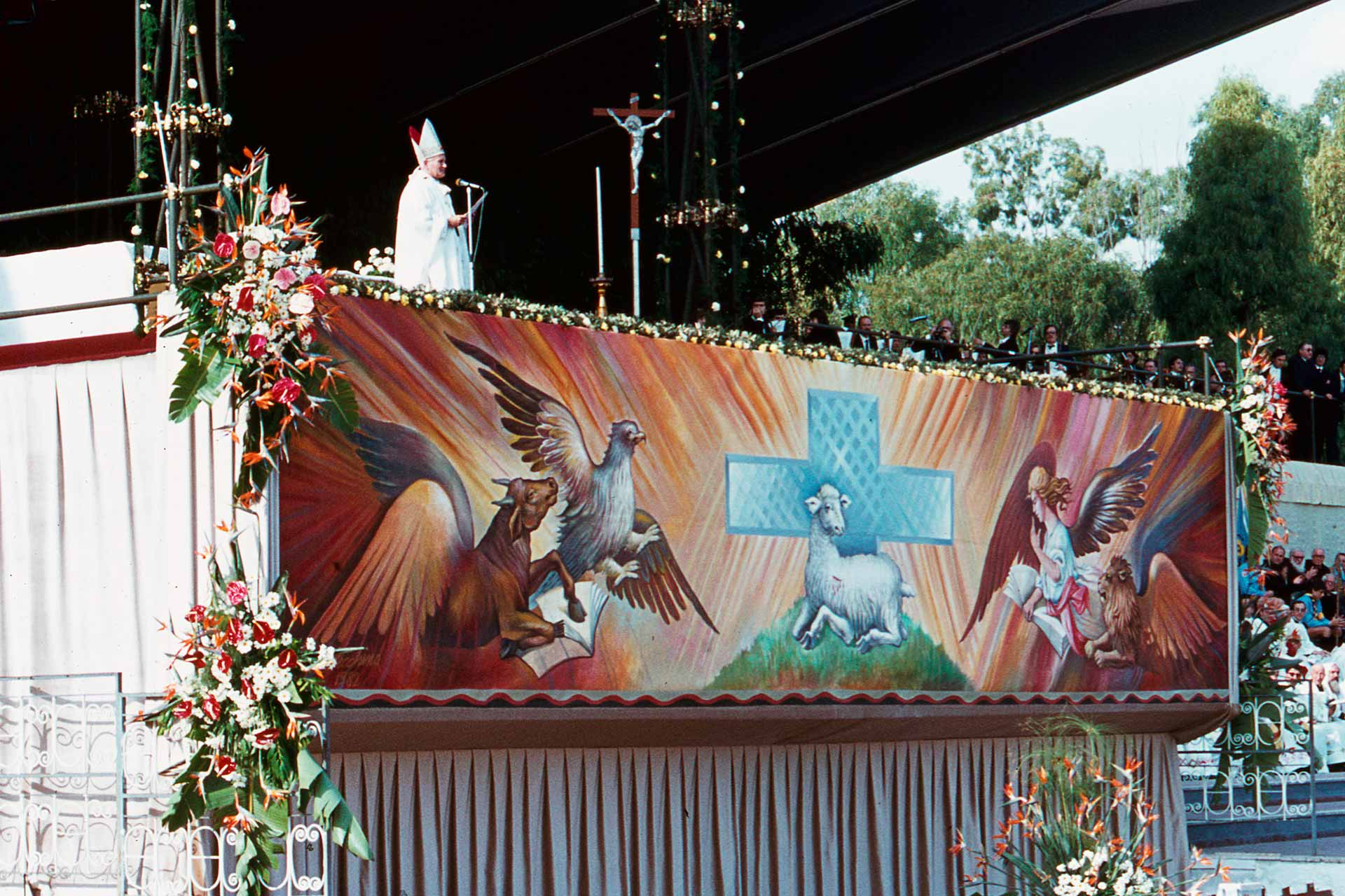 Pour la fête du Christ-Roi, le Pape célèbre la messe dans l'hippodrome de la Favorita, devant des milliers de Siciliens, heureux de pouvoir entendre les encouragements de Jean-Paul II.
