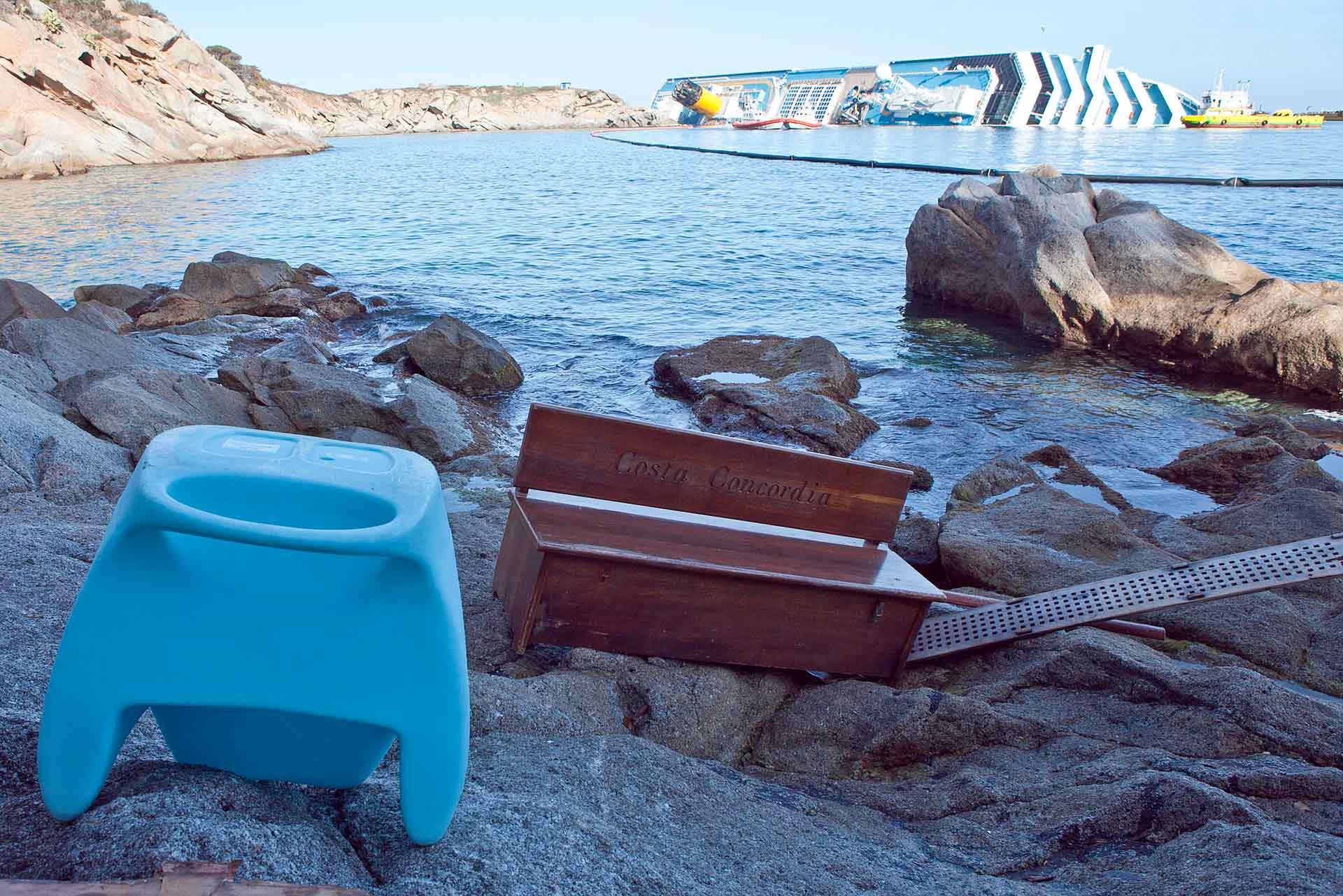 Alcuni oggetti della nave, sugli scogli antistanti Punta Gabbianara.