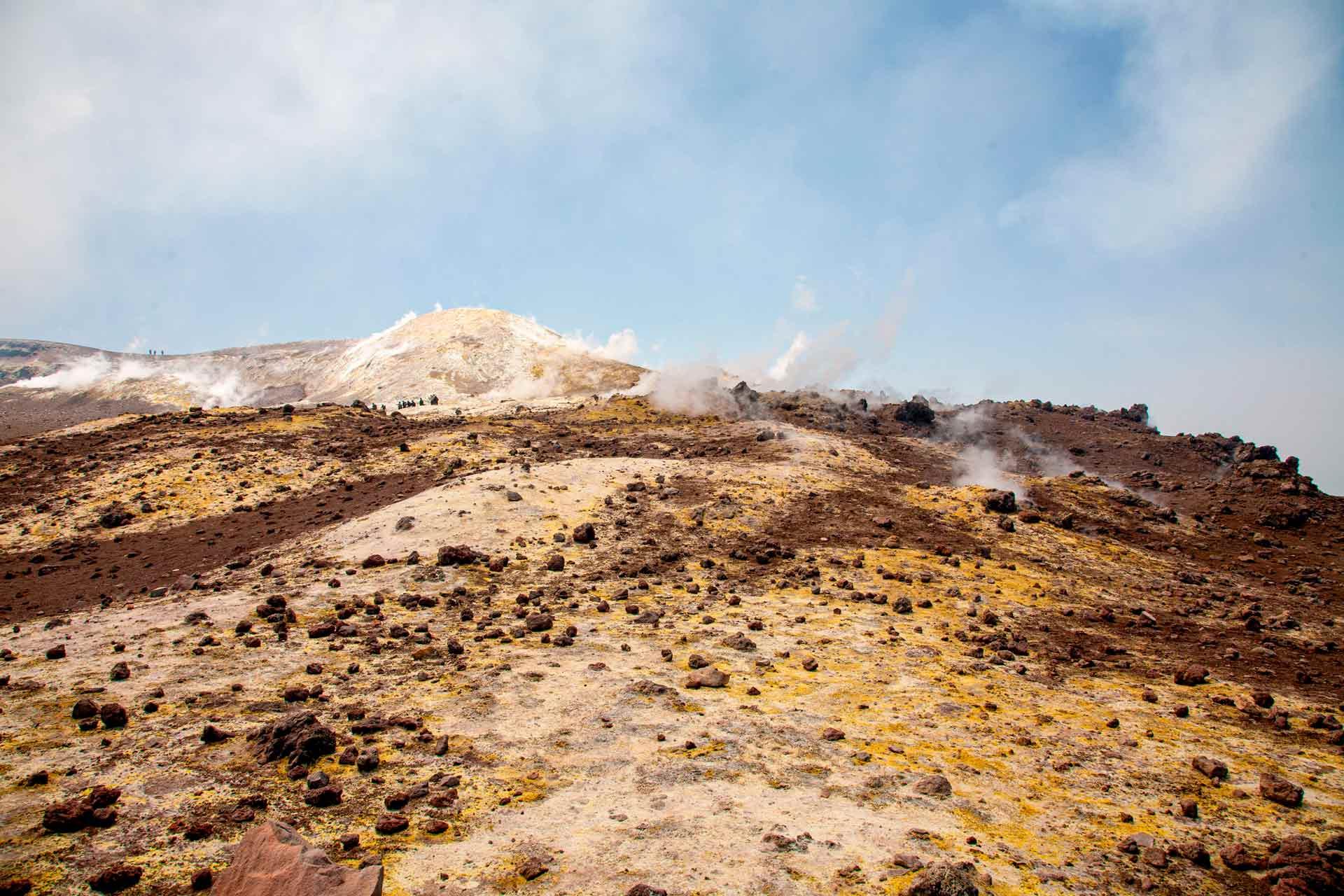 Oggi l'Etna è caratterizzato da 4 crateri sommitali, il primo cratere dove giungiamo è il Cratere di Sud-Est, che recentemente è stato il più attivo dei quattro crateri. Questa configurazione contrasta notevolmente con quella di circa un secolo fa, quando in cima all'Etna si trovava il solo Cratere Centrale.