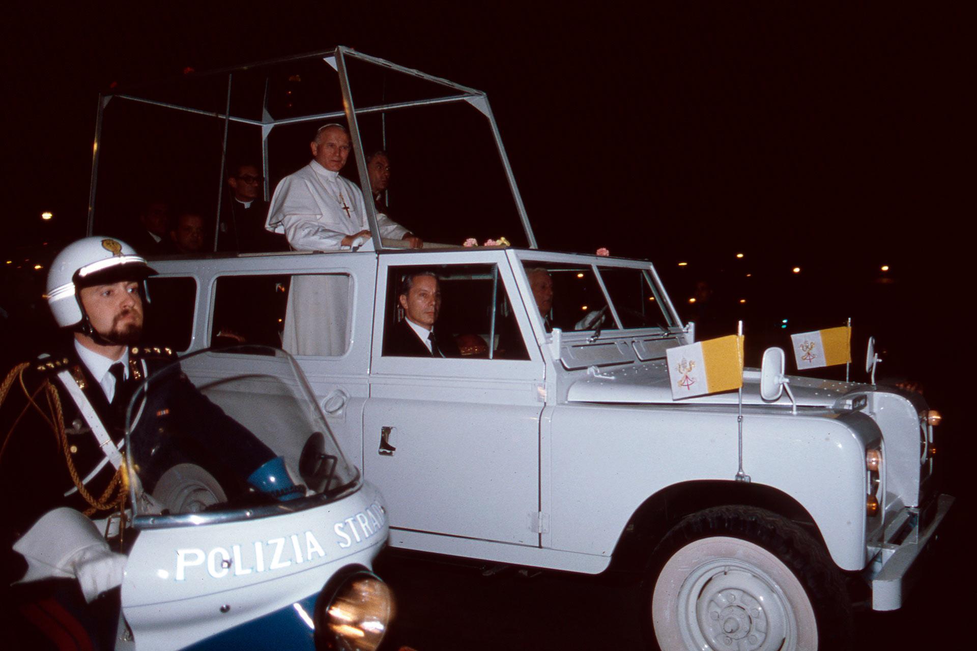 Après deux journées d'engagements très intenses, Papa Woytila, se déplace en Papamobile dans les rues de Palerme, il est accompagné jusqu'au port de Palerme, où un hélicoptère l'attendait pour le conduire à l'aéroport de Punta Raisi, l'actuel : « Aéroport Falcone et Borsellino ».