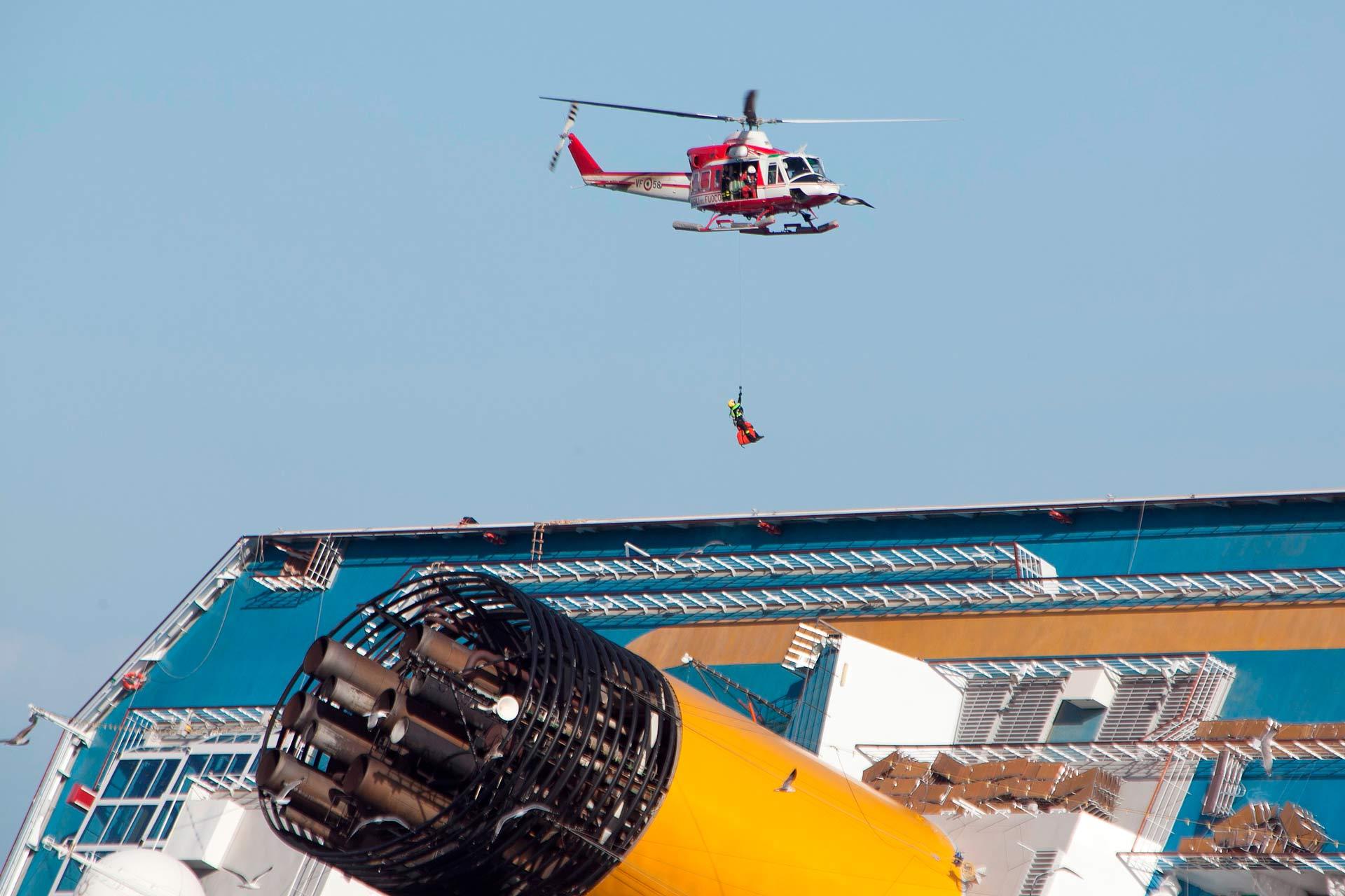 Il lavoro dei soccorritori è andato avanti per diversi giorni con ritmi incessanti. Gli accessi al relitto avvenivano sia via acqua, sia via aerea dagli elicotteri dei vigili del fuoco.