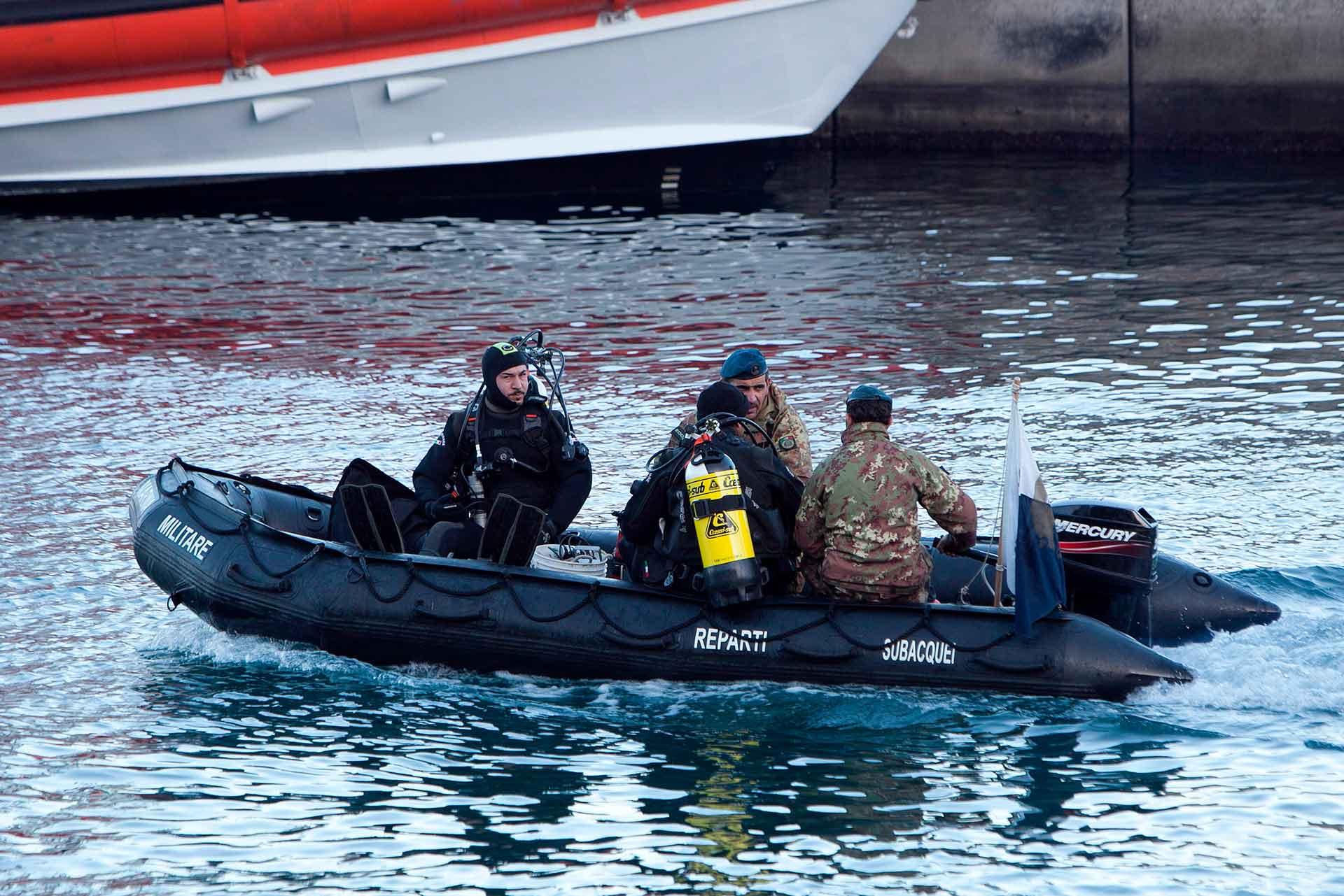 Per la ricerca dei superstiti sono intervenuti i reparti subacquei della Marina Militare che hanno usato anche l'esplosivo per aprire dei varchi tra i rottami e nei vetri della plancia di comando.