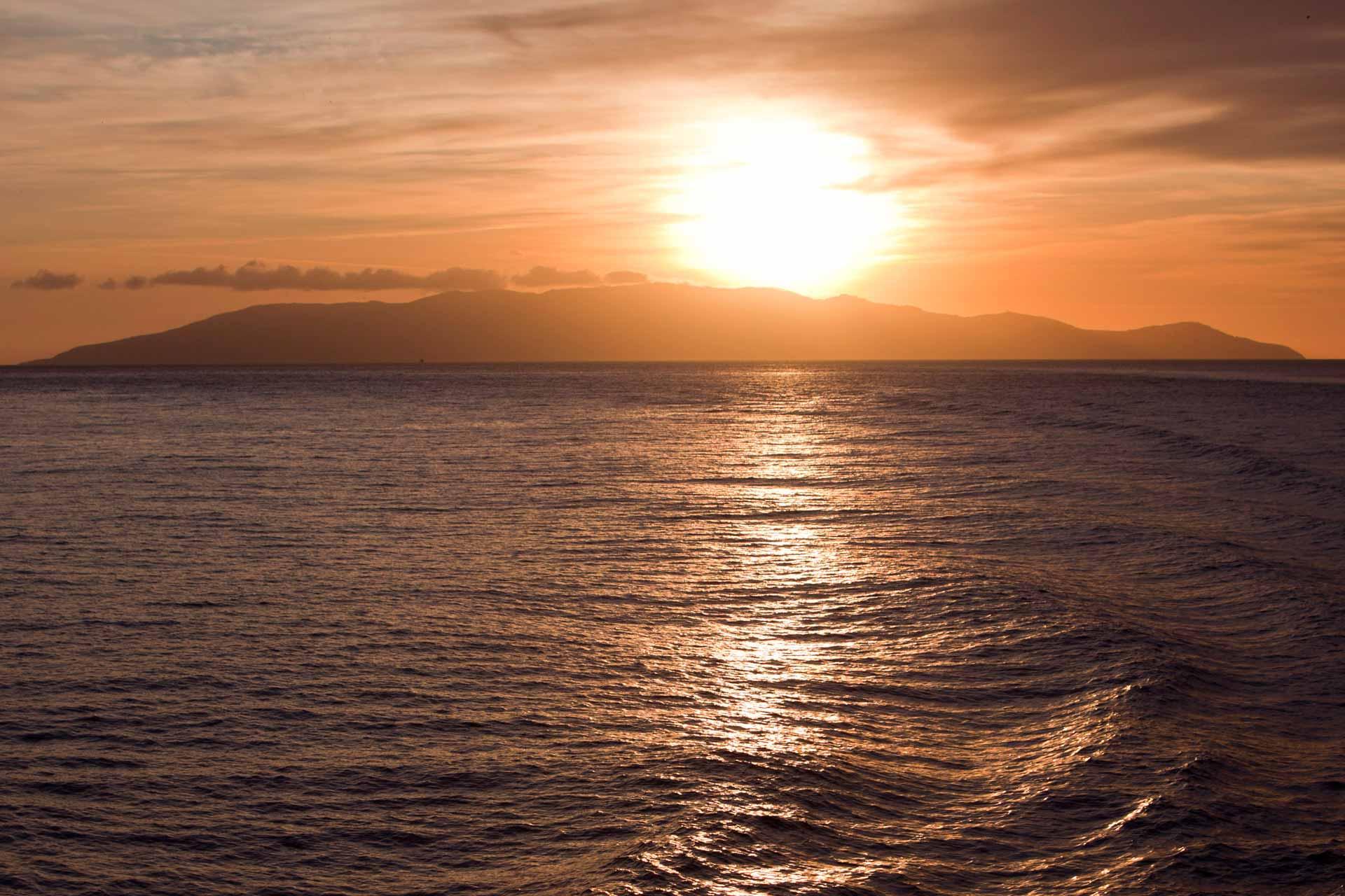 Lascio l'isola al tramonto, con tanta tristezza nel cuore. Penso che non sia ammissibile che ancora oggi possano accadere incidenti così gravi, causati dall'incuria dell'uomo. Osservo il sole che si adagia sul Giglio, chiudo gli occhi e concentro i miei pensieri sulle vittime di questa tragedia.