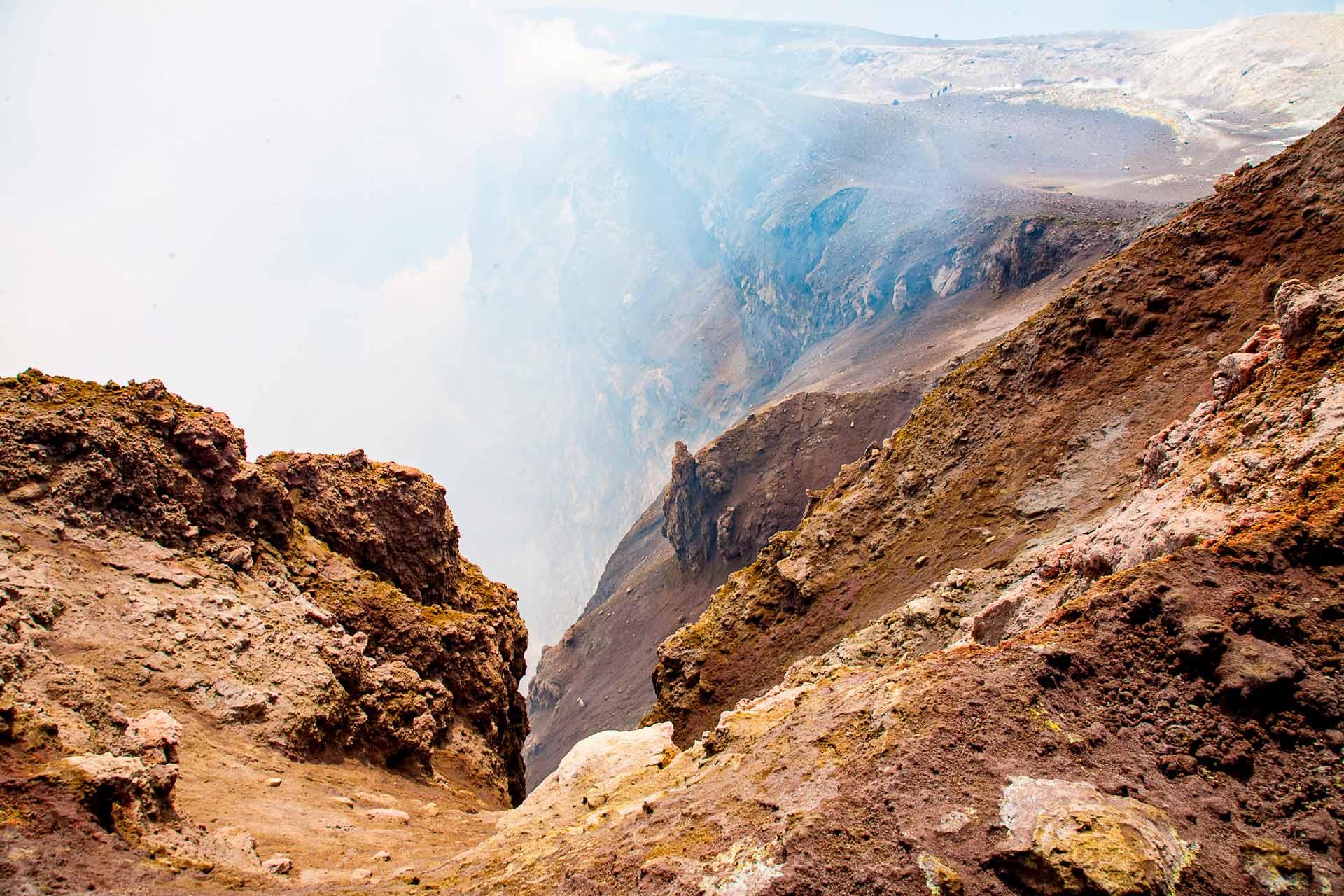 I fumi che fuoriescono a milioni di metri cubi dal camino del cratere, sono costituiti da vapore acqueo, acidi e gas come idrogeno solforato, anidride carbonica e acido cloridrico e molti altri componenti altrettanto irrespirabili e corrosivi.