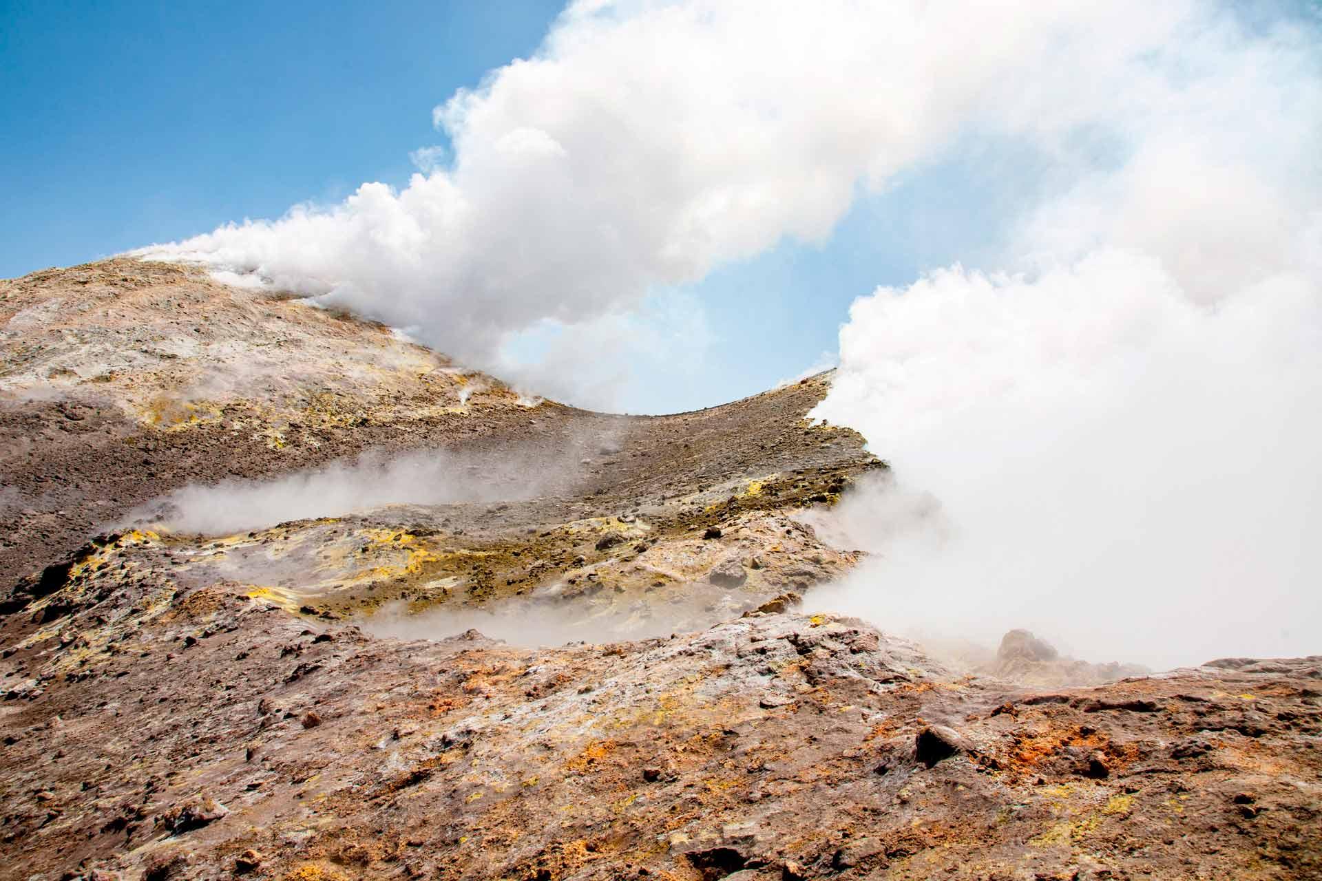 """Ci dirigiamo verso il cratere centrale """"La Voragine""""."""