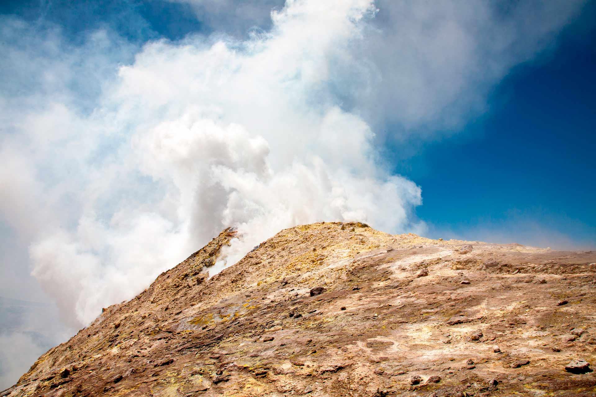 Le pareti franose di questo baratro di 500 mt di diametro, si perdono verticali in un vuoto fumoso talvolta insondabile. La profondità della voragine varia in funzione dell'altezza del magma nel camino, oggi più di mille metri, domani, forse solo qualche decina.