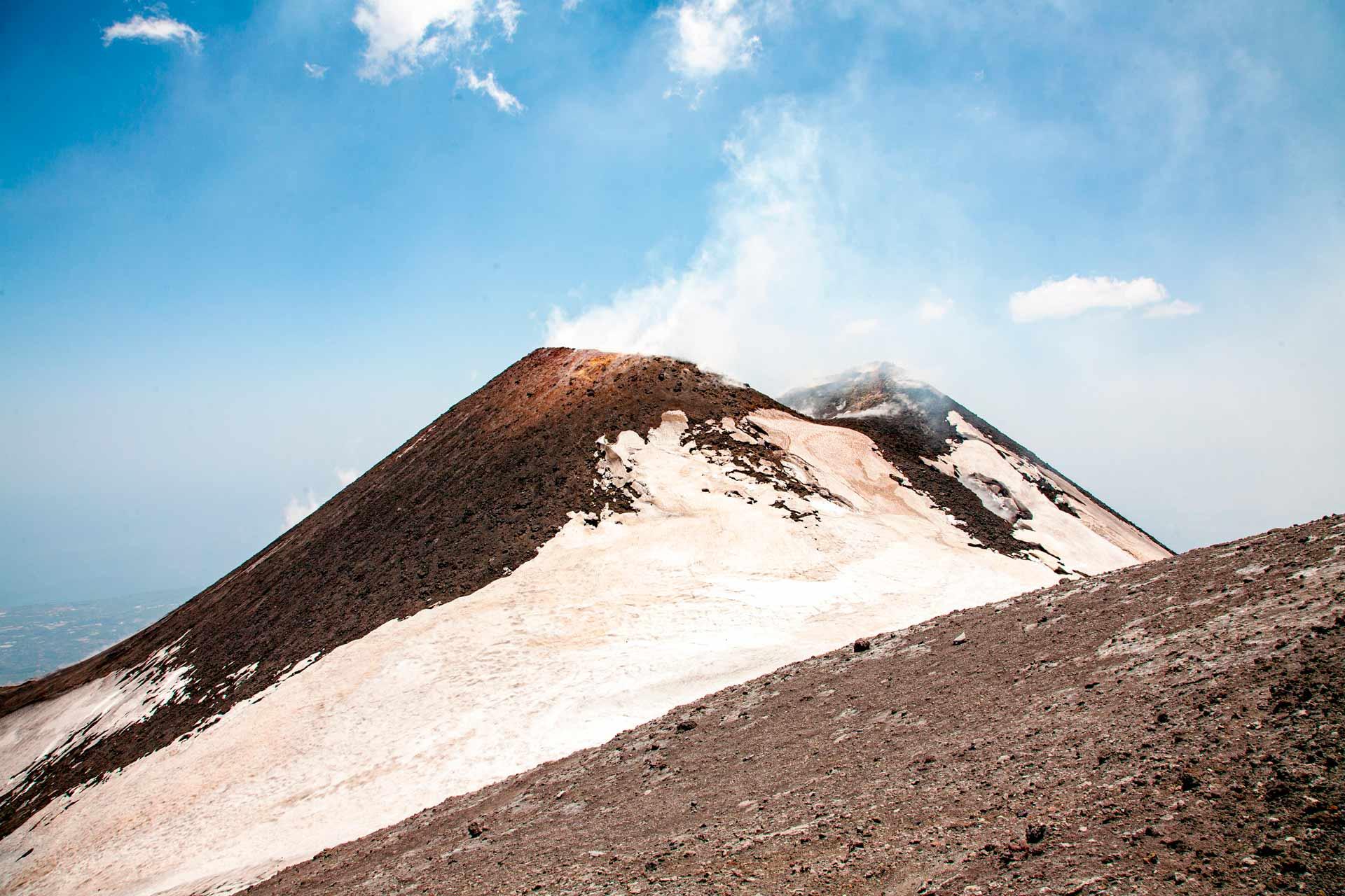Nel Novembre 2017 il fondo del Cratere di Nord-Est è sprofondato e si è riaperto, tornando ad emettere il pennacchio gassoso che lo caratterizza.