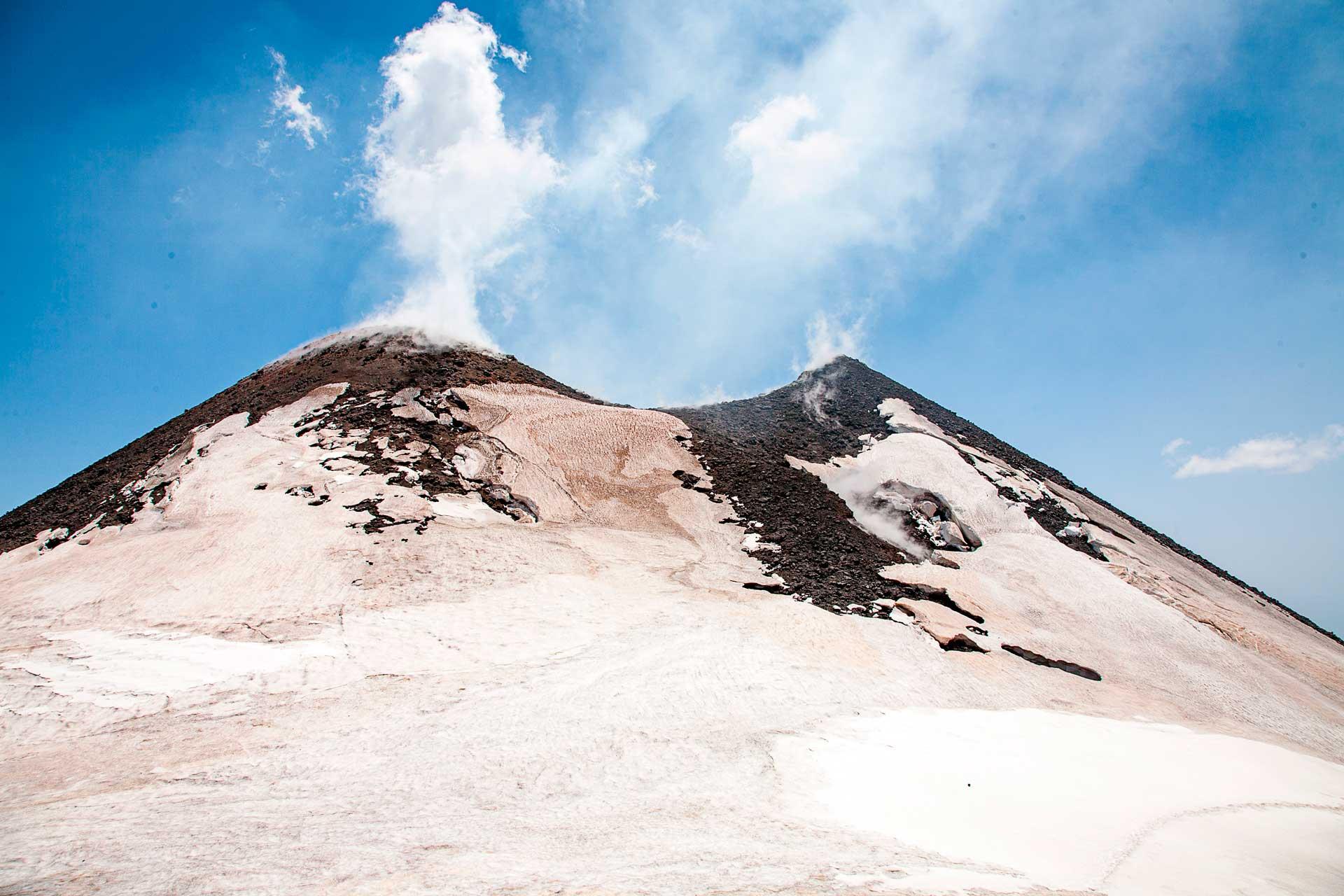 Oggi, il Cratere di Nord-Est continua ad essere, seppur di poco, il punto più alto dell'Etna - 3324 m sul livello del mare.