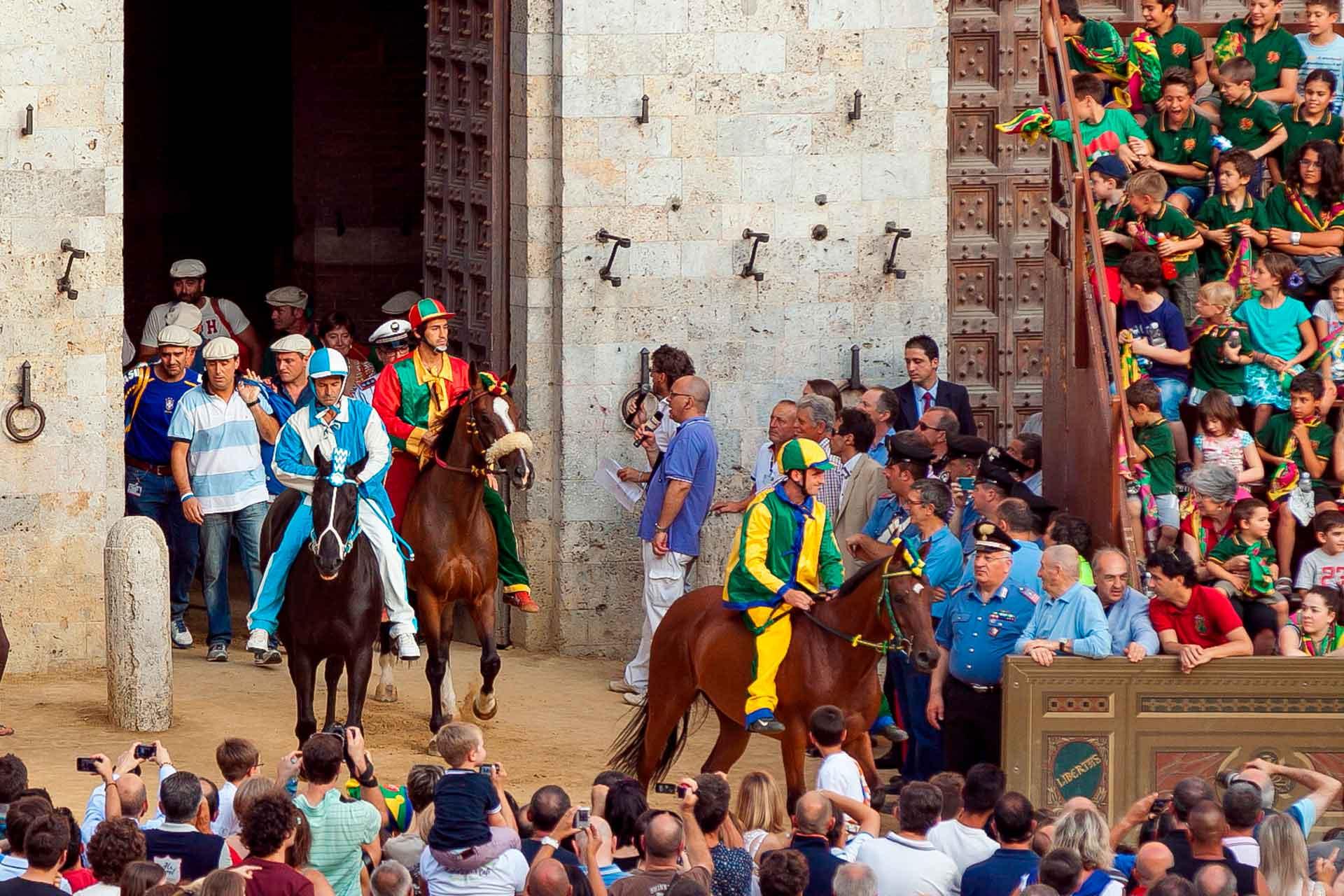LA PRIMA PROVA - I Barbareschi in secondo piano, rispetto ai protagonisti della corsa, si avviano nella loro postazione a bordo pista.