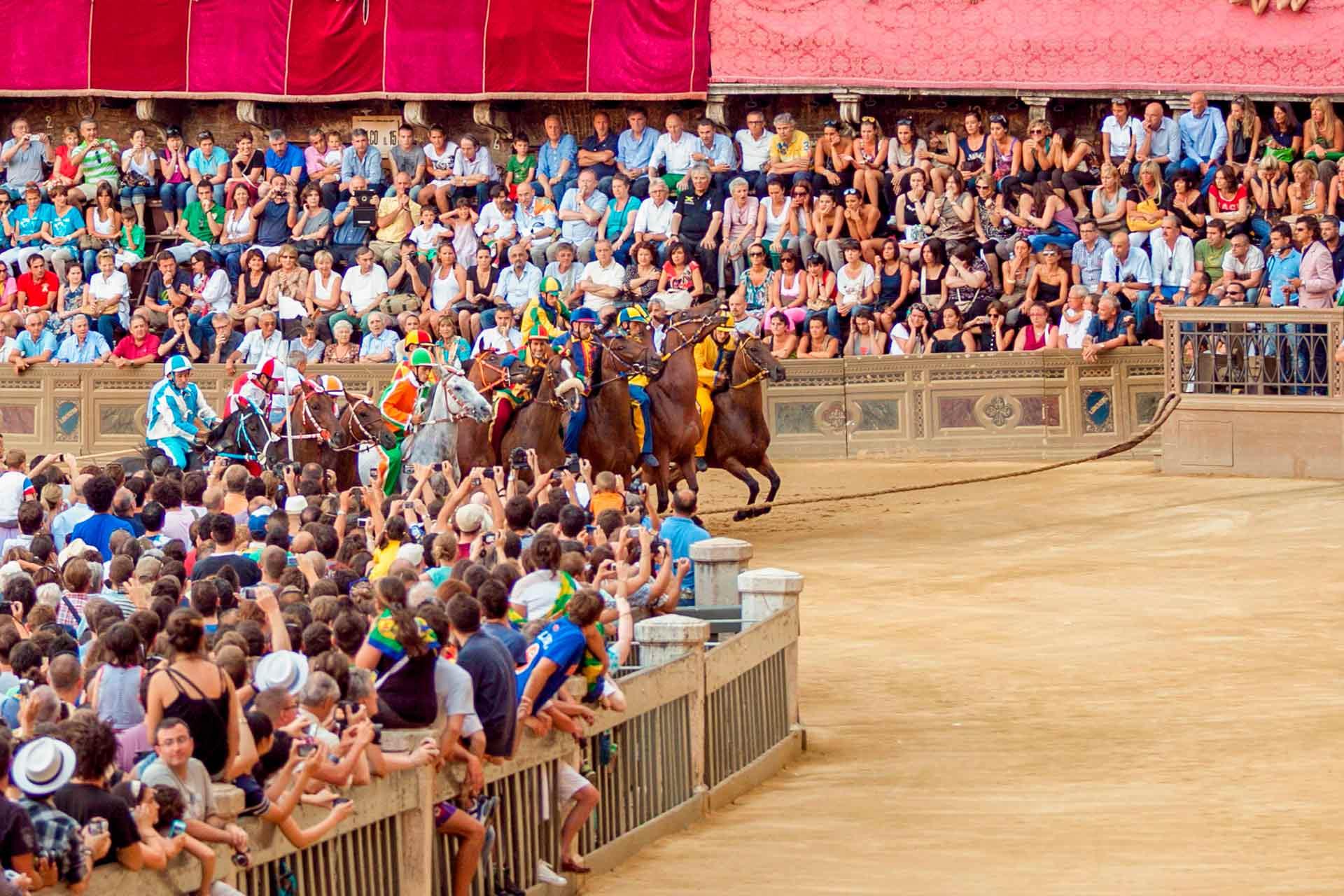 LA PRIMA PROVA - Le prove vengono svolte al mattino e la sera, a partire dal pomeriggio del giorno della TRATTA fino al mattino di quello del PALIO. Le Contrade non possono rifiutarsi di correre una prova, a meno che il proprio cavallo non si trovi nell'impossibilità di correre.