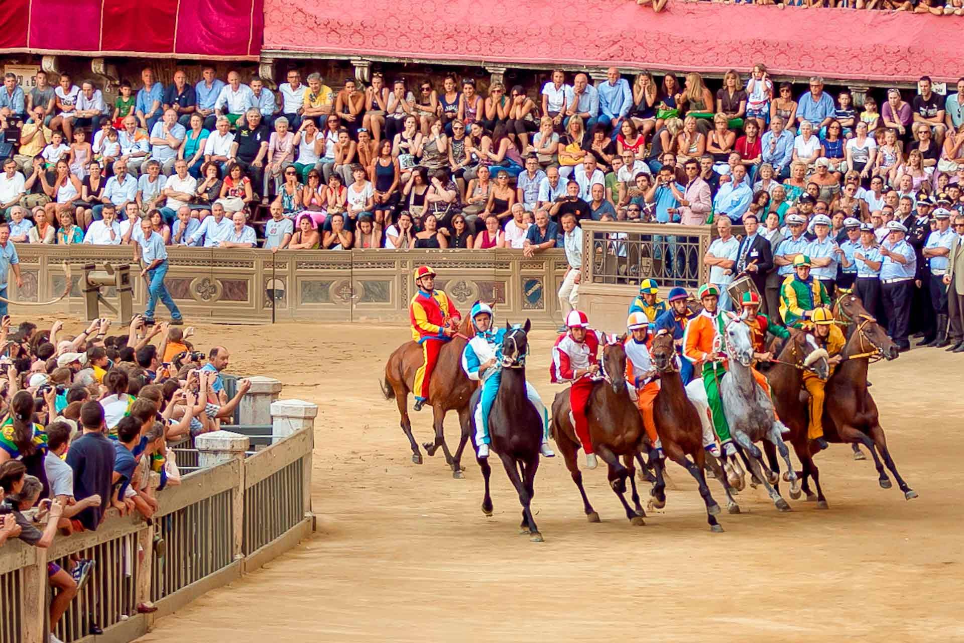 LA PRIMA PROVA - Le prove si svolgono con le stesse regole e modalità del Palio. Non si tratta, però, di una vera e propria gara, in quanto il risultato non ha alcun valore: lo scopo è di permettere a cavalli e fantini di adattarsi al meglio alla pista e alla situazione in vista del Palio.