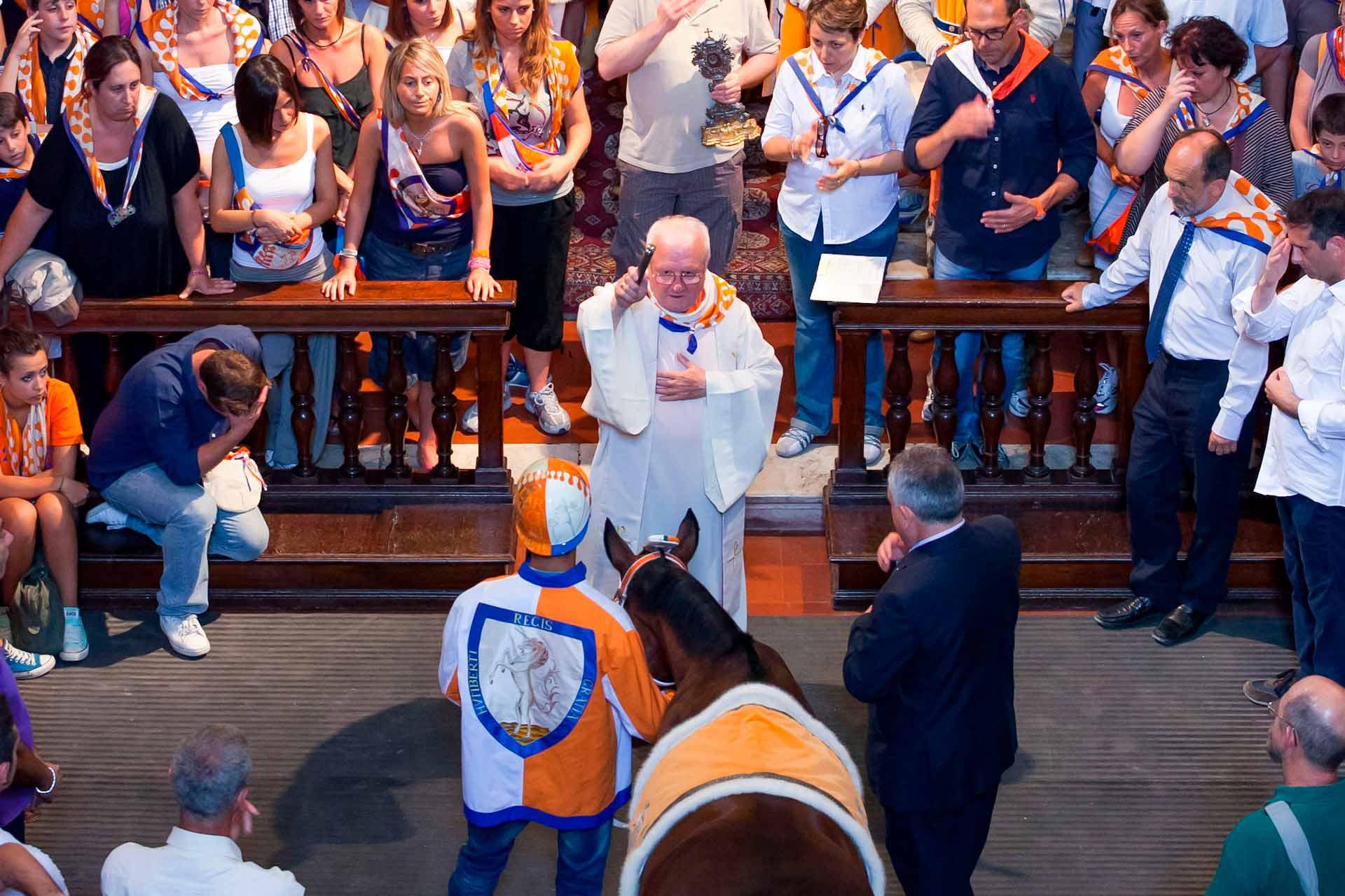 LA BENEDIZIONE DEL BARBERO – Li riceveranno dalle mani del sacerdote, la benedizione del Santo Patrono, affinché entrambi vengano preservati dai pericoli e dalle insidie della corsa.