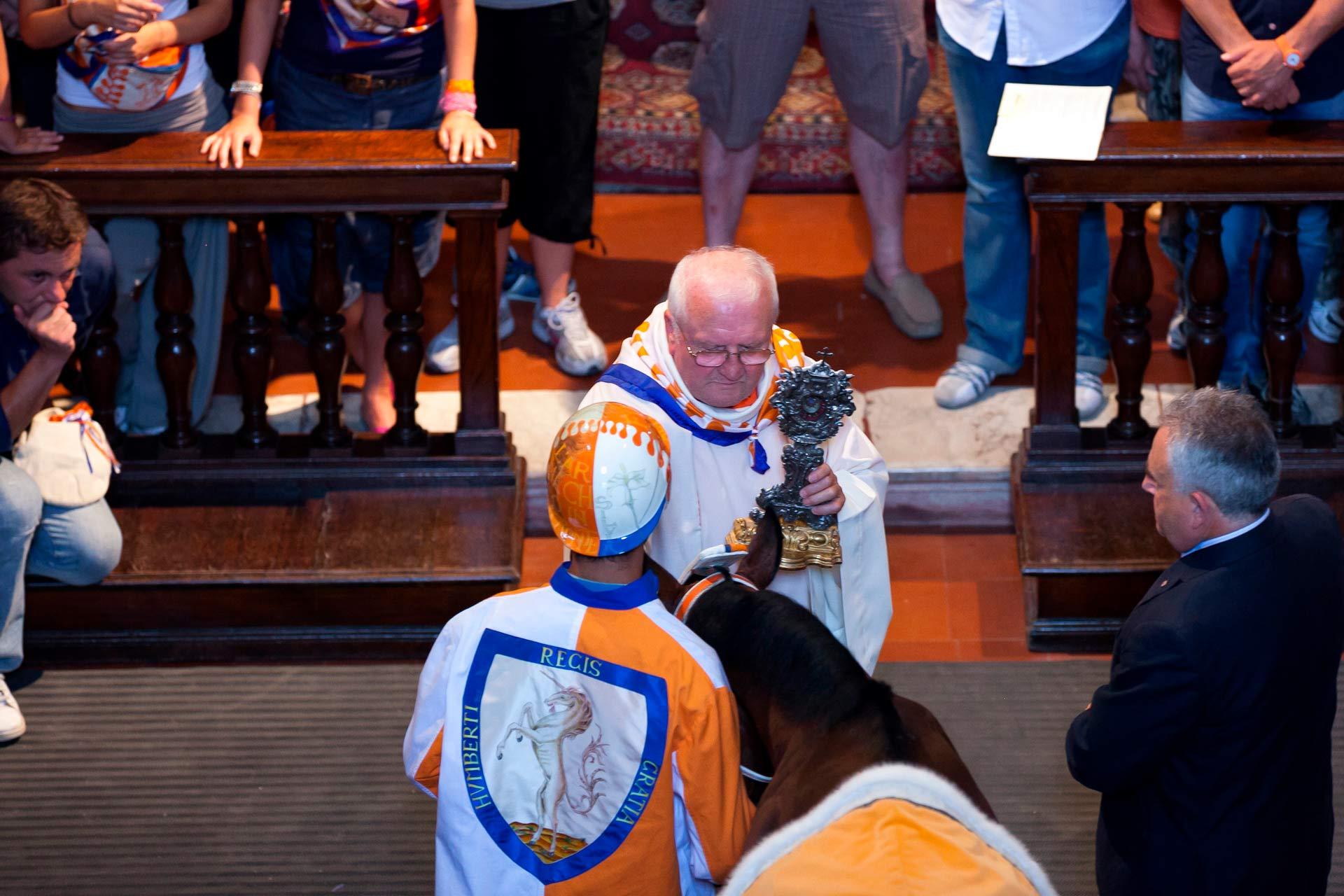 """LA BENEDIZIONE DEL BARBERO – In questa occasione che il sacerdote pronuncia la frase: """"Cavallino vai e torna vincitore""""!"""