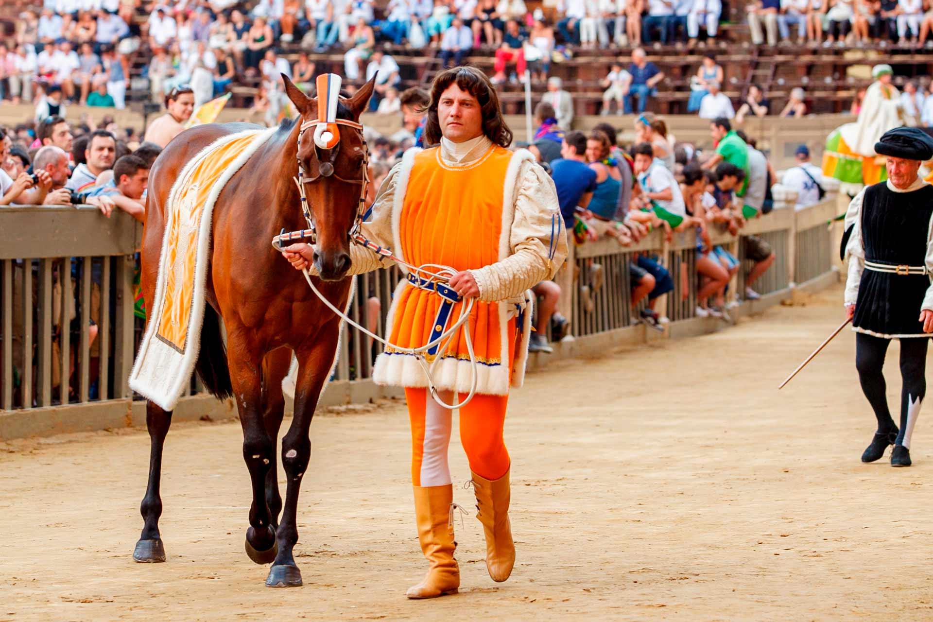 """IN CAMPO PER LA """"CARRIERA"""" – I cavalli delle contrade sfilano accompagnati dai propri Barbareschi."""